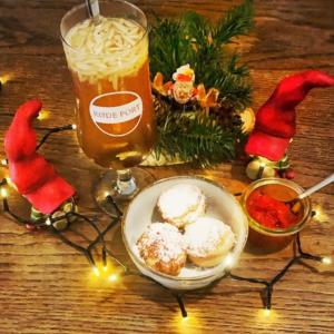 Billede af julelys, små nisser, æbleskriver og et glas hvidt glögg